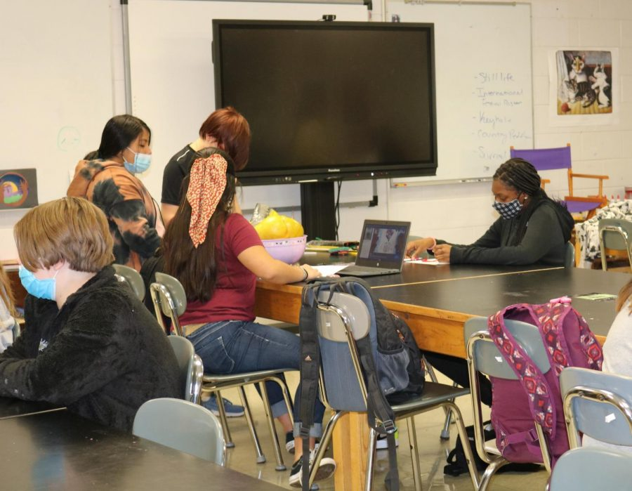 Students+working+in+Mrs.+Murrays+art+class+wearing+masks+during+the+fall+of+2021+school+year.